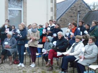 2*Les paroissiens dans les jardins du presbytère