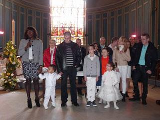 Ewen, Agathe, Emma et Pierre, entourés de leurs familles, quelques instants avant leur baptême à St Mathieu (Morlaix)