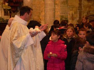 Tous les enfants en procession ont amené et déposé un lumignon devant la crèche