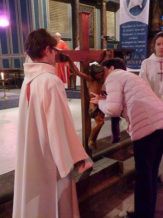 Vénération de la Croix par les paroissiens (St Mathieu)