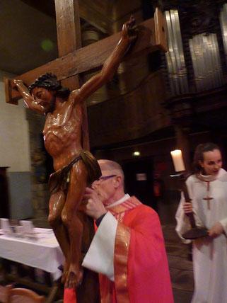 P. Yves Laurent porte le Christ en croix devant l'autel (St Mathieu)