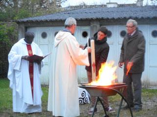 4-Le cierge pascal est allumé au feu nouveau