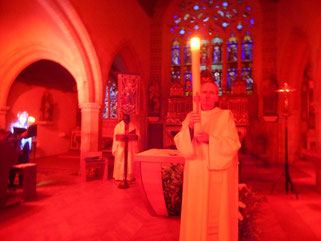 4*Proclamation dans le chœur éclairé seulement par les infra-rouges du chauffage