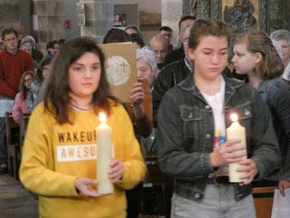 Procession du Livre de la Parole, avec les Jeunes de la Pasto Jeunes, dans l'accueillante église de Plourin