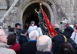 10h05 : près de 500 fidèles attendent de franchir la porte de sainte