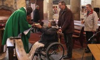 Célébration du dimanche de la santé à Pleyber : comme il est de tradition, la communion est portée par les bénévoles du SEM