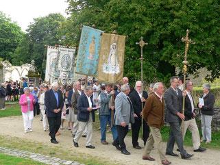 La procession, avec défilé des bannières et des croix.