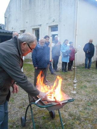 3-François allume le feu sous l'œil attentif des participants!