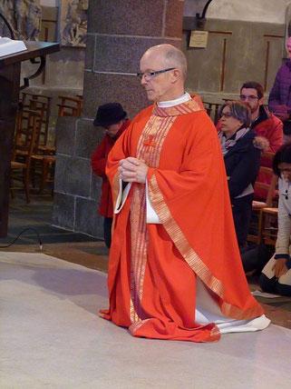 P. Yves LAurent se recueille avec l'assemblée de St Mathieu