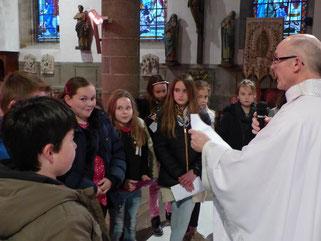 Remise de la demande de première communion, par les enfants du primaire (St Mathieu)