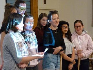 16-Créant la surprise, arrivées avec sacs à dos et bâtons de pèlerins, un groupe de jeunes a chanté, qui plus est, en breton