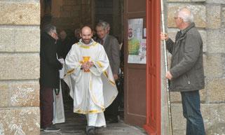 C'est le P. Daniel de Kerdanet qui a béni et inauguré officiellement les nouvelles portes de l'église de Ste Sève.