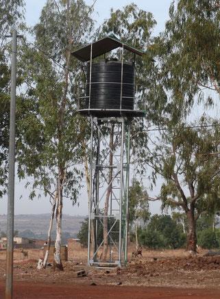 11/01/2016 - Le puits, avec sa réserve de 5000 litres d'eau