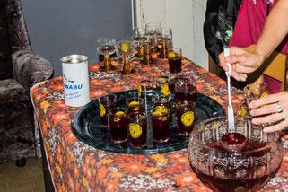 """Die Gäste wurden mit leckerem """"Fledermausblut"""" begrüßt. Besonders bei den Kindern war die Bowle sehr beliebt."""