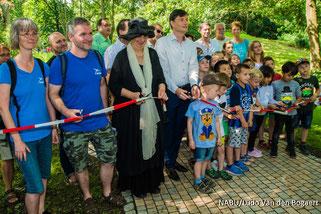 Zur Eröffnung des naturnah umgestalteten Gutsparks waren Umweltbürgermeister Heiko Rosenthal und Baubürgermeisterin Dorothee Dubrau gekommen sowie Anwohner und Schulkinder.