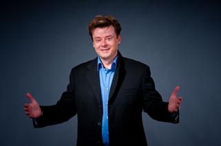 Zauberer Aalen - Sebastian Sener - Moderator! Es gibt viele Künstler wie David Copperfield, Siegfried und Roy, Hans Klock uvm. ! Mit allen ist er schon auf der Bühne gestanden in ganz Deutschland, Österreich und der Schweiz ist er zu Hause. Einfach buchen
