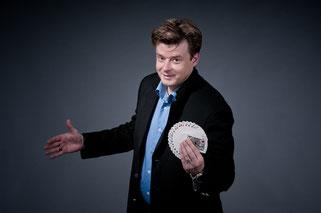Zauberer und Zauberkünstler in Wiesbaden - Sebastian Sener - bezaubert mit seiner Zaubershow und Zauberkunst