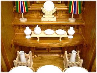 神徒壇に皿・水玉・平子・榊立・玉垣をお飾りしたイメージ