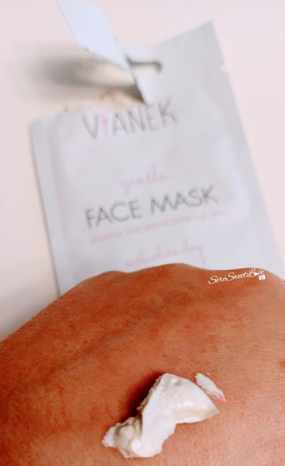 Texture maschera viso calmante Vianek all'argilla bianca  su dorso mano