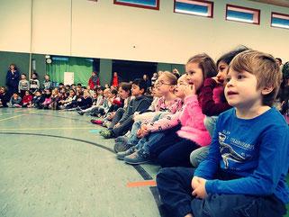 ...die zuschauenden Kinder staunen und singen ganz laut mit.