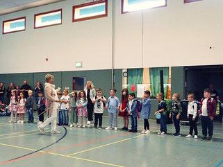 Die neuen Klassenlehrer übernahmen die Kinder für ihre erste Schulstunde...