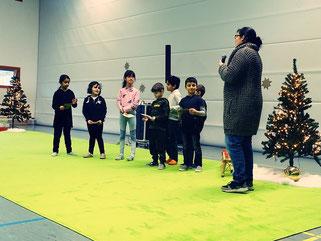 Sieben Kinder bekommen eine besondere Ehrung für ihre tolle Hilfe in der Mensa...