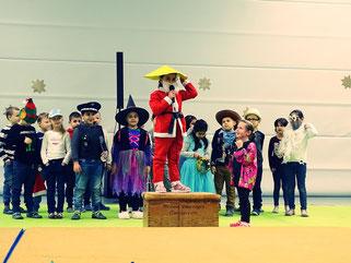 Im Theaterstück der 1b vermisst der Weihnachtsmann seine Mütze...