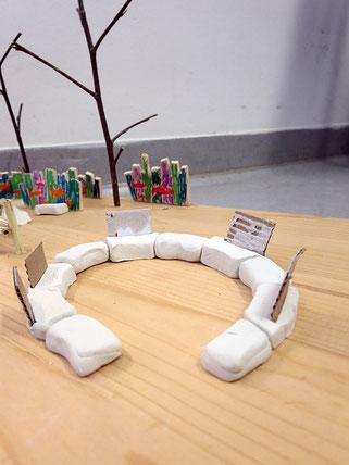 Die Sitzschlange soll kreisförmig angelegt sein. Aus Holz werden Elemente zum Anlehnen und wärmer sitzen gebaut.