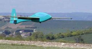 planeur radiocommandé Toons Aeromod bleu turquoise, juste avant l'aterrissage