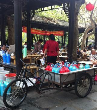 人民公園のお茶スペースでは、カラフルなポットのお湯を自分で注ぐ。昔懐かしの水筒の様なポットで、蓋はコルク!