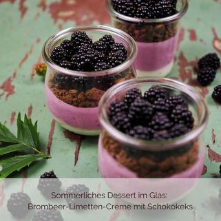 Dessert im Glas: Brombeer-Limetten-Creme mit Schokoladenkeks