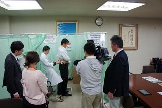専用の機器を用いて職場で内臓脂肪を測定 ※カメラはテレビ局の取材