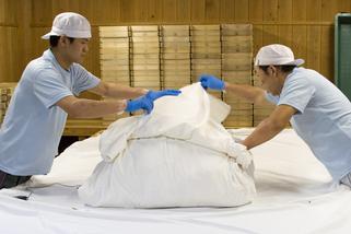 布以外にもビニールやゴアテックスなど、米の状態に合わせて包み方は変わる。