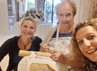 Frau Sturm (l.) und Frau Fortunato mit Maria, einer über 80-jährigen Spitzenstickerin.