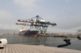 Ein Containerschiff wird gelöscht