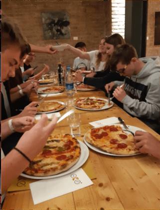 Ein echte italienische Pizza, von Frau Fortunato's Mama gesponsort.