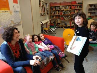 Viertklässler lesen Kindergartenkindern vor
