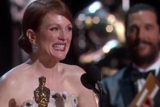 Julianne Moore recoge el Oscar a mejor actriz por 'Siempre Alice'.