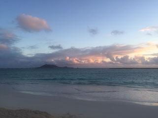 ハワイ貸切チャーター カイルアビーチの日の出 日の出前の海と空