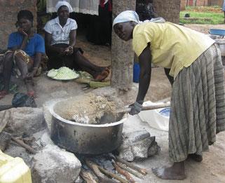 La preparazione del dilo, una sorta di polenta a base di farina di cassava