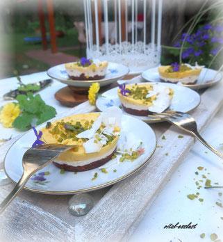Kokos-Mangotörtchen, Pistazien, blau, Blüten, Teller