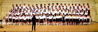 全校生徒134人で出場した宮良小学校=9日、石垣市民会館