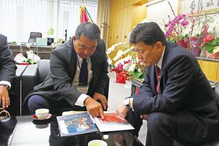 27日、新藤総務相に尖閣での施設整備を直訴する名嘉会長(写真提供・山本皓一氏)