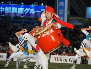 テンポの速い曲に力強いバチさばきで観客を魅了した沖縄市の園田青年会=2日、沖縄市のコザ運動公園陸上競技場
