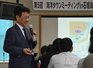 基調講演した山田教授=4日、大濱信泉記念館