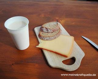 bewusste Ernährung, Ernährung auf der Sennalpe, Kraftquelle, Käsebrot und frische Milch, Hündle