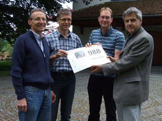 Die Komiteemitglieder Daniel Tanner, Pfarrer Thomas Muggli-Stokholm und Pfarrer Andreas Bosshard überreichen die Unterschriftenbögen an Kirchenpflegepräsident Thomas Illi (Bilder zvg)