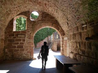 Jürgen betritt die Zavelsteinburg durch das Burgtor