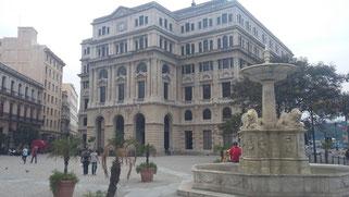 Plaza de Armas en La Habana Vieja, rodeada de iglesias y palacios barrocos de arquitectura colonial.