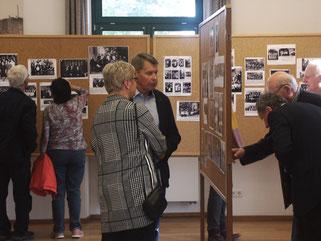 Angeregte Diskussionen bei der Fotoausstellung im alten Bahnhof